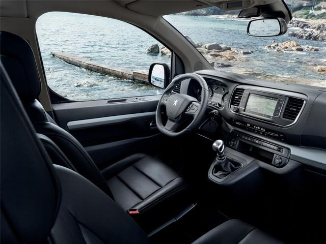 Интерьер переднего ряда Peugeot Traveller